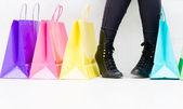 Kvinna köper skor — Stockfoto