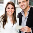 Couple holding a credit card — Stockfoto