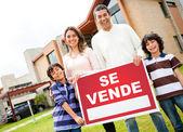 Latin family selling their house — Stock Photo