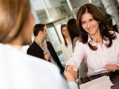 Affärskvinna inskrivning på hotell — Stockfoto