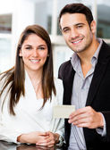 Couple holding a credit card — Stock Photo