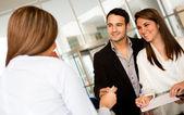 Casal apaixonado, verificando-se em um hotel — Foto Stock