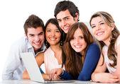 Arkadaşları ile bir laptop — Stok fotoğraf