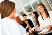 Vrouw doen check in bij een hotel — Stockfoto