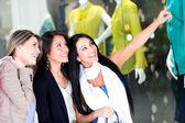 Kadınlar pencere alışveriş — Stok fotoğraf