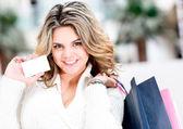 Shopping donna tenendo la scheda contatto — Foto Stock