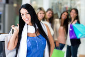 Mujer de compras con amigos — Stockfoto