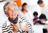 Stara kobieta z filiżanką herbaty — Zdjęcie stockowe
