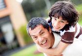 Vader en zoon spelen — Stockfoto