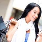 Shopping woman sending a text — Stock Photo