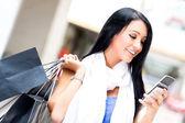 Shopping donna inviando un testo — Foto Stock