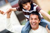 Vader spelen met zijn zoon — Stockfoto