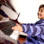 Мальчик взволнован уроки игры на фортепиано — Стоковое фото