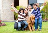 ευτυχισμένη οικογένεια — Φωτογραφία Αρχείου