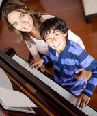 Boy learning to play piano — Stock Photo