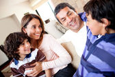 Menino falar com sua família — Foto Stock