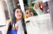 Friends window shopping — Stock Photo