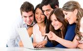 Amigos com um laptop — Foto Stock