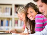 Femme avec un groupe d'étude — Photo