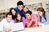 Estudantes com um computador portátil — Fotografia Stock