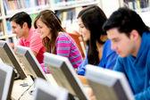 Jóvenes estudiando — Foto de Stock