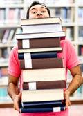 男子携带重书 — 图库照片