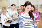 Vrouw met een e-boek lezer — Stockfoto