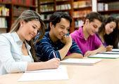 студенты в библиотеке — Стоковое фото