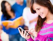 Mensagens de mulher em seu telefone — Foto Stock