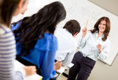 Donna di una classe di insegnamento — Foto Stock