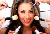Kvinnan lägger makeup på — Stockfoto