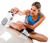 Kvinnan sträcker benet — Stockfoto