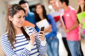 Mandare sms studentessa — Foto Stock