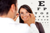 Vrouw dragen van een bril — Stockfoto