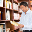 Man at the library - Stockfoto