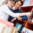 Studenten in der Bibliothek — Stockfoto