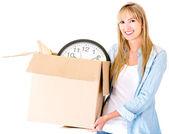 女人拎着一盒検索ボックスの上の少女 — 图库照片
