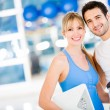 Fit couple at the gym — Stockfoto
