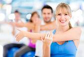 Exercitando na academia — Foto Stock