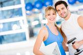 Paar past in de sportschool — Stockfoto