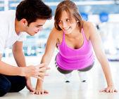Mulher exercitando na academia — Foto Stock