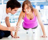 Vrouw uit te oefenen op de sportschool — Stockfoto