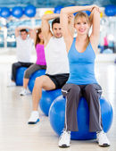 Exercising at the gym — 图库照片