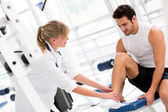Injured man at the gym — Foto Stock