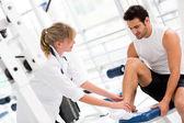 Skadade mannen på gymmet — Stockfoto