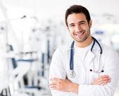 Mężczyzna lekarza na sali gimnastycznej — Zdjęcie stockowe