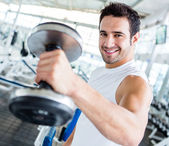 Hombre fuerte en el gimnasio — Foto de Stock