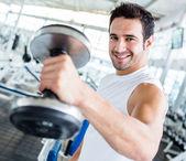 Silný muž v tělocvičně — Stock fotografie