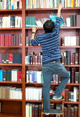 Człowiek poszukuje książki — Zdjęcie stockowe