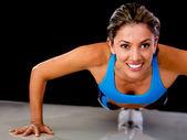 Mulher fazendo flexões — Foto Stock